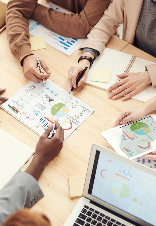Personer arbetar med olika grafer