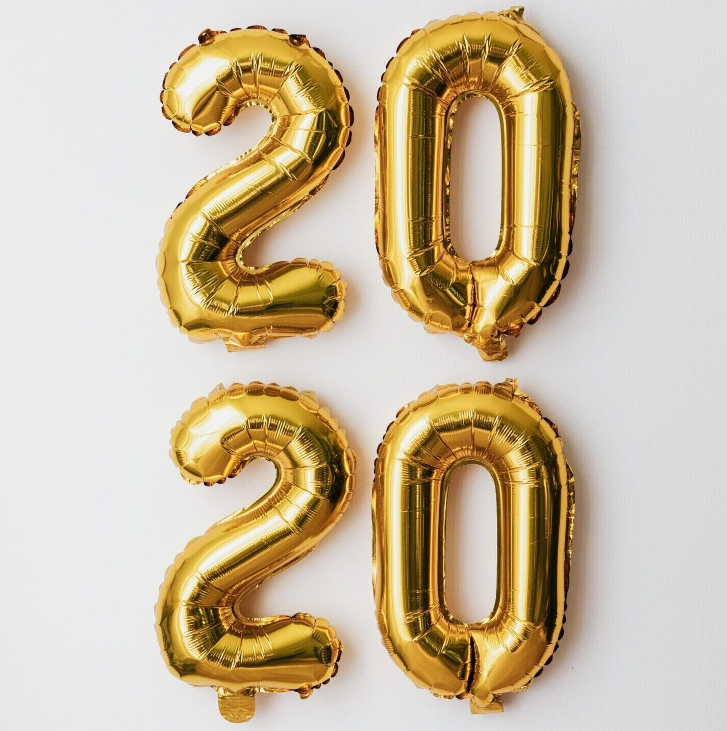 kaboompics_New Year's Eve - Golden balloons in the shape of the year 2020
