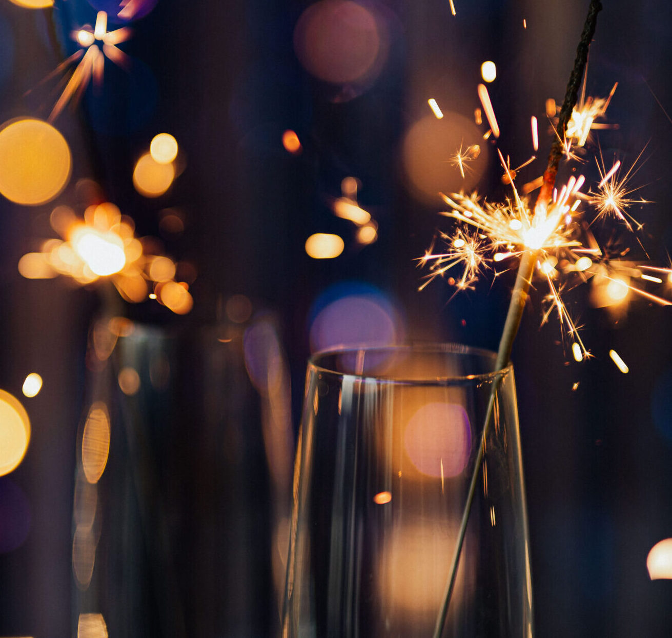 kaboompics_New Year's Eve - cold fires in glasses on a blue background